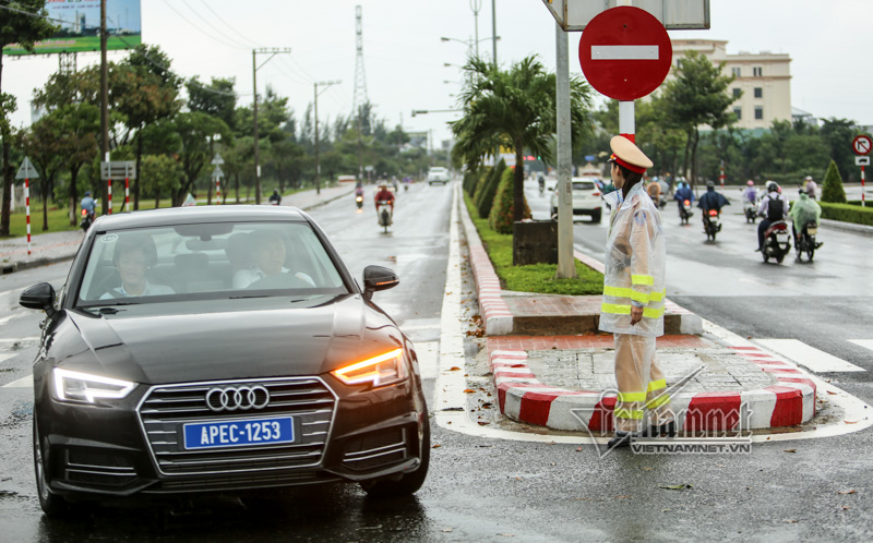 Traffic and mobile police officers work in rain in Da Nang