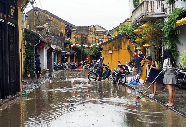 Hoi An people clean up muddy roads to welcome APEC leaders, Government news, Vietnam breaking news, politic news, vietnamnet bridge, english news, Vietnam news, news Vietnam, vietnamnet news, Vietnam net news, Vietnam latest news, vn news