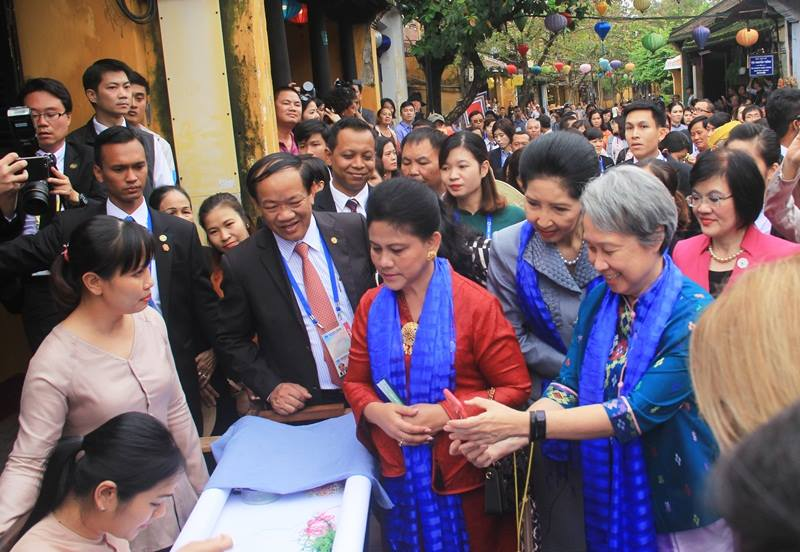 Spouses of APEC leaders tour Hoi An, Government news, Vietnam breaking news, politic news, vietnamnet bridge, english news, Vietnam news, news Vietnam, vietnamnet news, Vietnam net news, Vietnam latest news, vn news