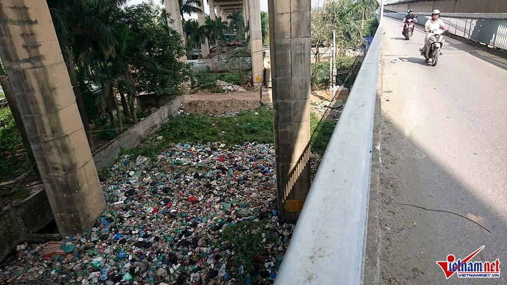 Rubbish piled up under Thang Long Bridge, Vietnam environment, climate change in Vietnam, Vietnam weather, Vietnam climate, pollution in Vietnam, environmental news, sci-tech news, vietnamnet bridge, english news, Vietnam news, news Vietnam, vietnamnet