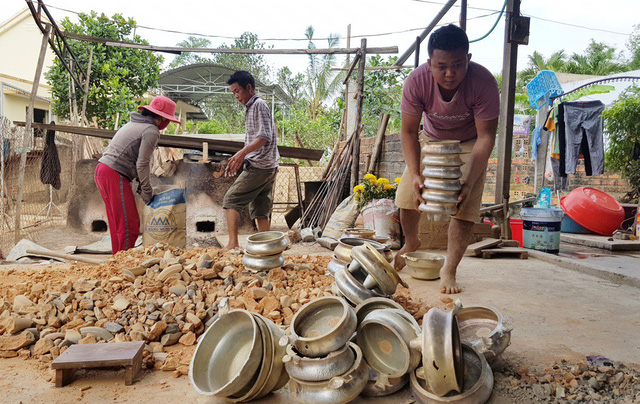 Khanh Hoa bronze casting village busy ahead of Tet, entertainment events, entertainment news, entertainment activities, what's on, Vietnam culture, Vietnam tradition, vn news, Vietnam beauty, news Vietnam, Vietnam news, Vietnam net news, vietnamnet news,