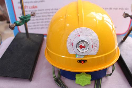 Mũ bảo hiểm thông minh giúp người thợ điện giảm thiểu tai nạn