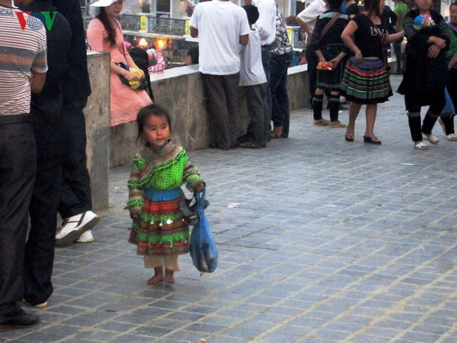 Colourful Sapa children earn a living on the street