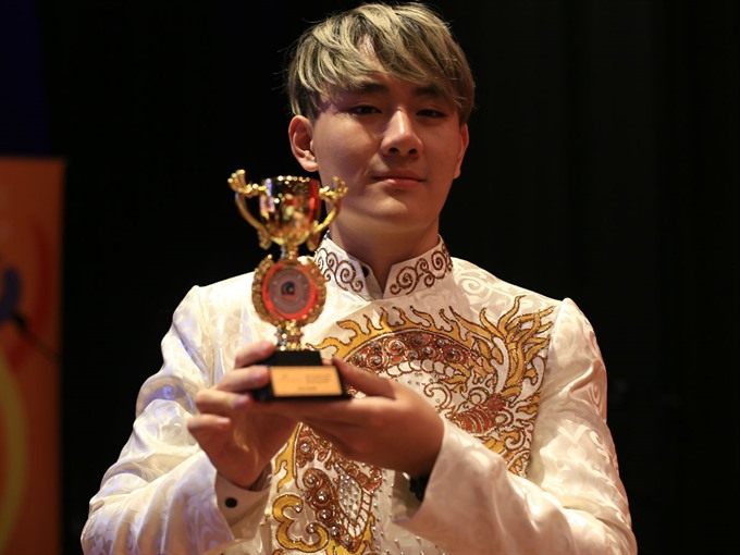 Vietnamese singer awarded golden trophy in Malaysia, entertainment events, entertainment news, entertainment activities, what's on, Vietnam culture, Vietnam tradition, vn news, Vietnam beauty, news Vietnam, Vietnam news, Vietnam net news, vietnamnet news,