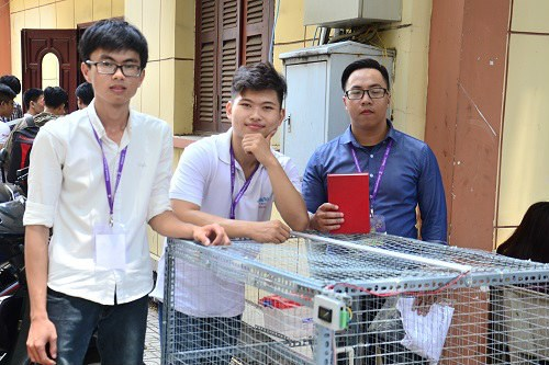 Students invent 'smart' henhouse to breed chickens