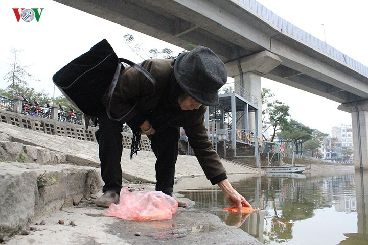 Hanoians release carp to celebrate Kitchen Gods Day, social news, vietnamnet bridge, english news, Vietnam news, news Vietnam, vietnamnet news, Vietnam net news, Vietnam latest news, vn news, Vietnam breaking news