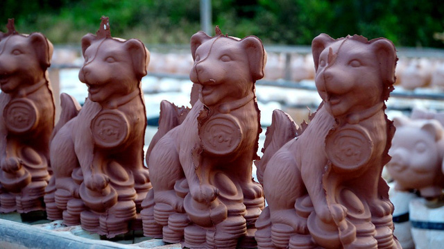 Workers busy to make dog-shaped savings containers, entertainment events, entertainment news, entertainment activities, what's on, Vietnam culture, Vietnam tradition, vn news, Vietnam beauty, news Vietnam, Vietnam news, Vietnam net news, vietnamnet news,