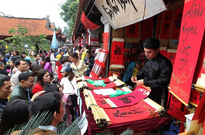 visitors flock to van mieu quoc tu giam on tet holiday news vietnamnet. Black Bedroom Furniture Sets. Home Design Ideas