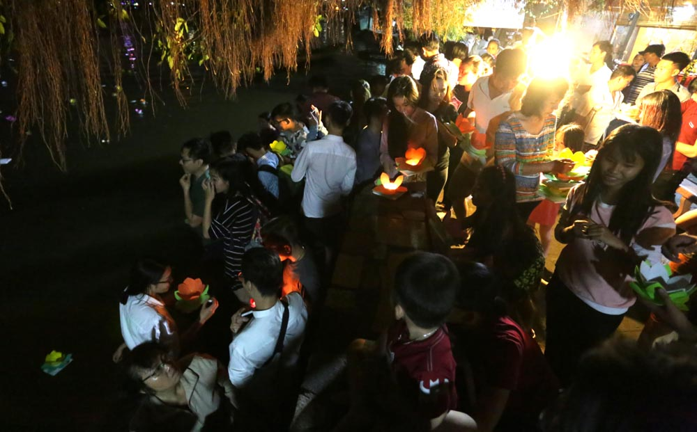 Lanterns shine on Saigon River full-moon festival, social news, vietnamnet bridge, english news, Vietnam news, news Vietnam, vietnamnet news, Vietnam net news, Vietnam latest news, vn news, Vietnam breaking news