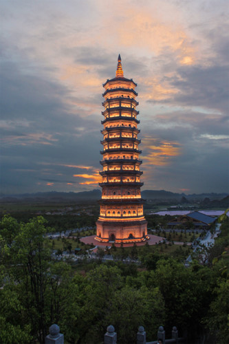 The quiet night glow of Bai Dinh pagoda, travel news, Vietnam guide, Vietnam airlines, Vietnam tour, tour Vietnam, Hanoi, ho chi minh city, Saigon, travelling to Vietnam, Vietnam travelling, Vietnam travel, vn news