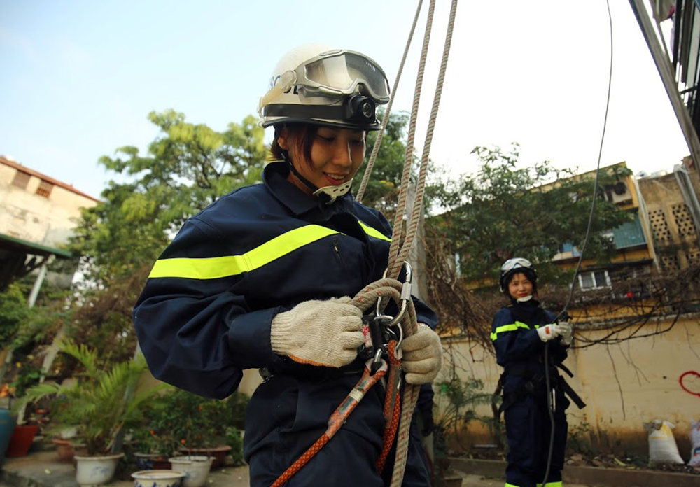 Brave female soldiers in fire and rescue force, social news, vietnamnet bridge, english news, Vietnam news, news Vietnam, vietnamnet news, Vietnam net news, Vietnam latest news, vn news, Vietnam breaking news