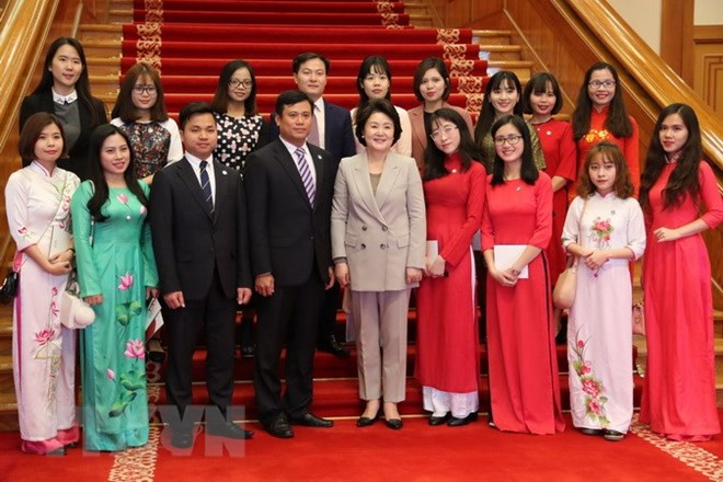RoK First Lady meets Vietnamese students