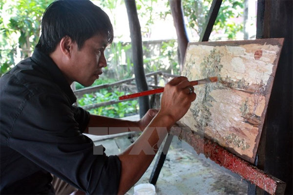 From bark to art: Painter uses cajuput as canvas