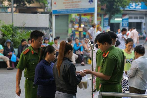Policemen, free meals to poor patients, Vietnam economy, Vietnamnet bridge, English news about Vietnam, Vietnam news, news about Vietnam, English news, Vietnamnet news, latest news on Vietnam, Vietnam