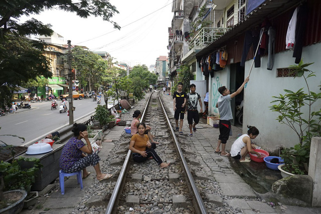 Hanoi railway attracts foreign visitors, travel news, Vietnam guide, Vietnam airlines, Vietnam tour, tour Vietnam, Hanoi, ho chi minh city, Saigon, travelling to Vietnam, Vietnam travelling, Vietnam travel, vn news