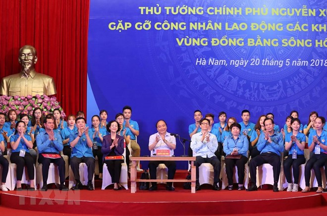 PM Nguyen Xuan Phuc talks with workers at IZs in Red River Delta