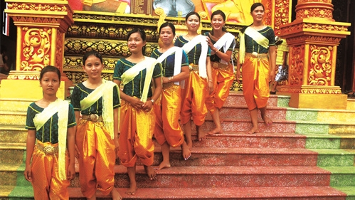 The elegance of Khmer people's traditional costume