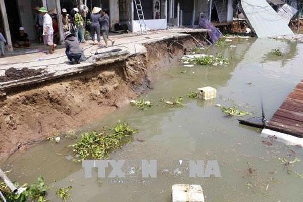 Can Tho riverbank landslide destroys five houses