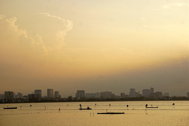 Beautiful sunset on Hanoi's West Lake, travel news, Vietnam guide, Vietnam airlines, Vietnam tour, tour Vietnam, Hanoi, ho chi minh city, Saigon, travelling to Vietnam, Vietnam travelling, Vietnam travel, vn news