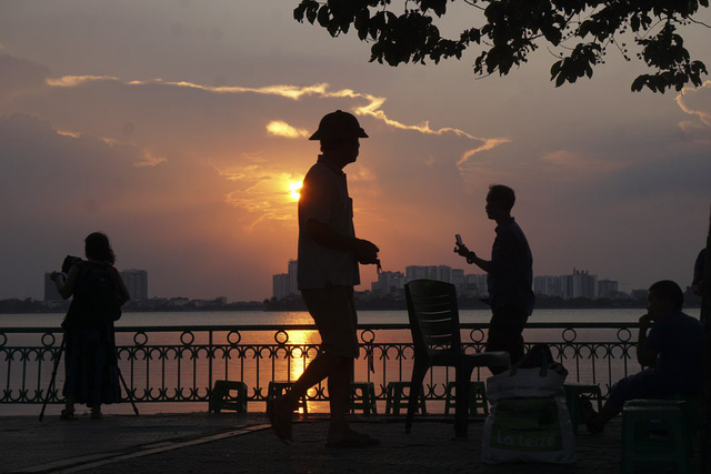 Beautiful sunset on Hanoi''s West Lake, travel news, Vietnam guide, Vietnam airlines, Vietnam tour, tour Vietnam, Hanoi, ho chi minh city, Saigon, travelling to Vietnam, Vietnam travelling, Vietnam travel, vn news