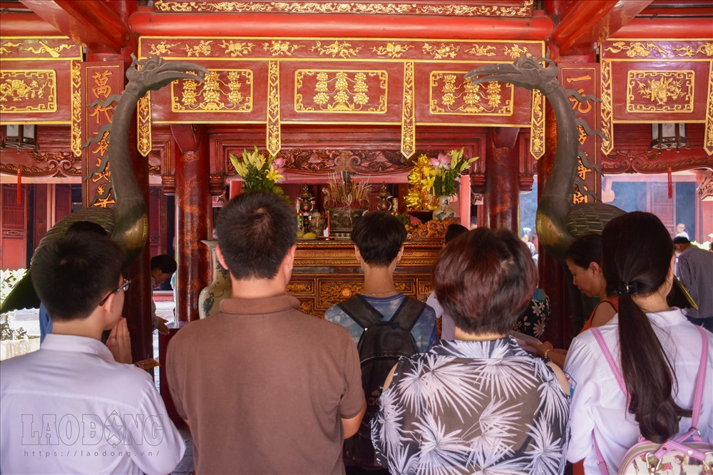High-school students pray for exam luck at Hanoi's Temple of Literature, Vietnam education, Vietnam higher education, Vietnam vocational training, Vietnam students, Vietnam children, Vietnam education reform, vietnamnet bridge, english news, Vietnam news,