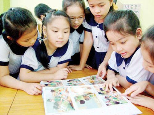 Vietnamese parents show off children's achievements