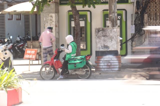 Hanoians struggle in new heat wave with temperatures close to 40oC, social news, vietnamnet bridge, english news, Vietnam news, news Vietnam, vietnamnet news, Vietnam net news, Vietnam latest news, vn news, Vietnam breaking news