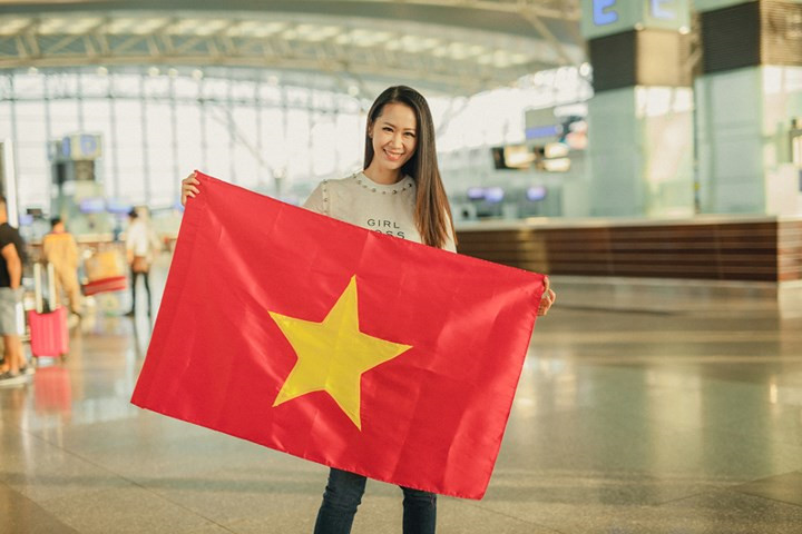 Thuy Linh jets off to Singapore for Mrs Worldwide 2018