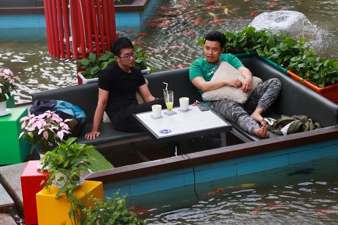 Discover koi fish caf in hcm city news vietnamnet for Koi pond quezon city