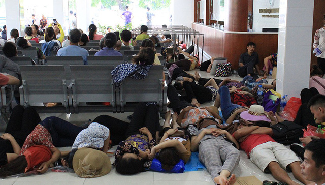 Overcrowded hospital in Hanoi in scorching heat, social news, vietnamnet bridge, english news, Vietnam news, news Vietnam, vietnamnet news, Vietnam net news, Vietnam latest news, vn news, Vietnam breaking news