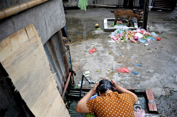Underneath Long Bien Bridge, illegally dumping waste, Vietnam economy, Vietnamnet bridge, English news about Vietnam, Vietnam news, news about Vietnam, English news, Vietnamnet news, latest news on Vietnam, Vietnam