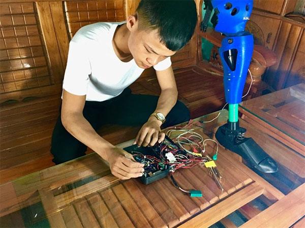 Creative student, build robotic leg, disabled people, Vietnam economy, Vietnamnet bridge, English news about Vietnam, Vietnam news, news about Vietnam, English news, Vietnamnet news, latest news on Vietnam, Vietnam
