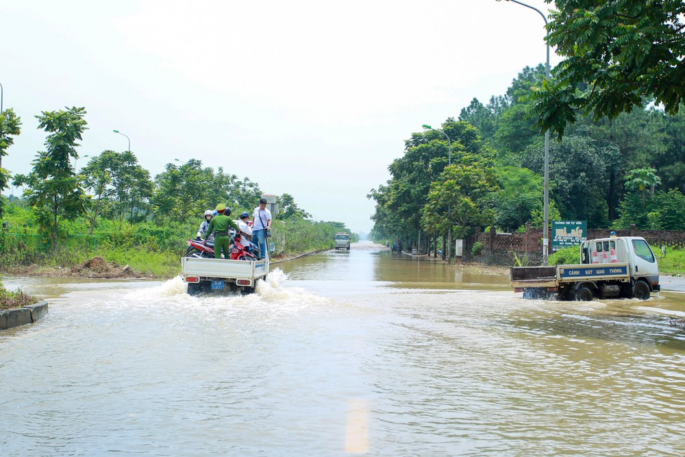 Hanoi traffic police help people on flooded road, social news, vietnamnet bridge, english news, Vietnam news, news Vietnam, vietnamnet news, Vietnam net news, Vietnam latest news, vn news, Vietnam breaking news