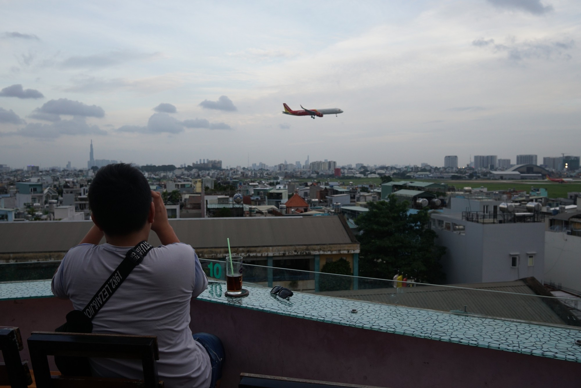 Plane-watching cafes popular in HCM City, travel news, Vietnam guide, Vietnam airlines, Vietnam tour, tour Vietnam, Hanoi, ho chi minh city, Saigon, travelling to Vietnam, Vietnam travelling, Vietnam travel, vn news