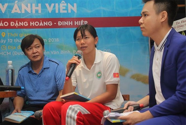 Vietnam S No 1 Swimmer Nguyen Thi Anh Vien Centre Exchanges With Sport Enthusiasts In The Recent Launch Of Her Autobiography Enled From Zero