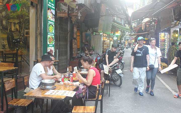 Foreigners splash the cash on Hanoi Old Quarter's tourism services