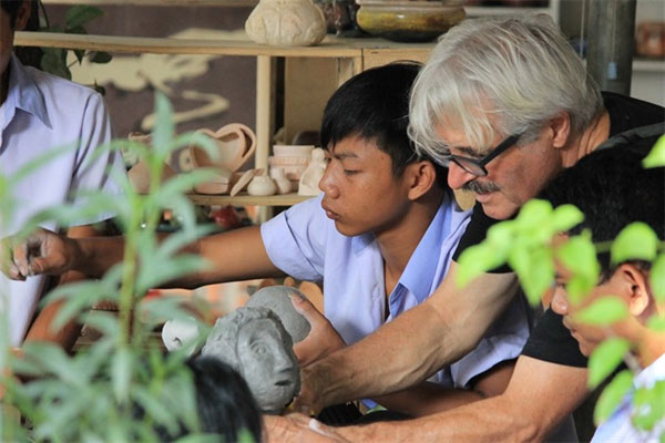 French artist helps Hue children