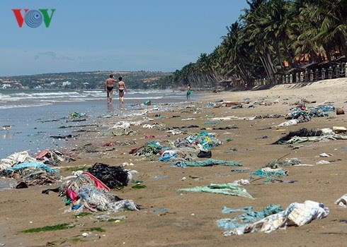 Binh Thuan authorities order clean-up of Phan Thiet beach, Vietnam environment, climate change in Vietnam, Vietnam weather, Vietnam climate, pollution in Vietnam, environmental news, sci-tech news, vietnamnet bridge, english news, Vietnam news, news Vietn