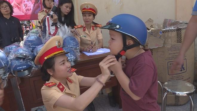 Police take measures to increase helmet-wearing rate among children, social news, vietnamnet bridge, english news, Vietnam news, news Vietnam, vietnamnet news, Vietnam net news, Vietnam latest news, vn news, Vietnam breaking news