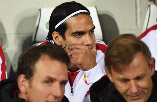 Bản tin 18h: M.U hủy kèo Falcao, Arsenal gặp họa