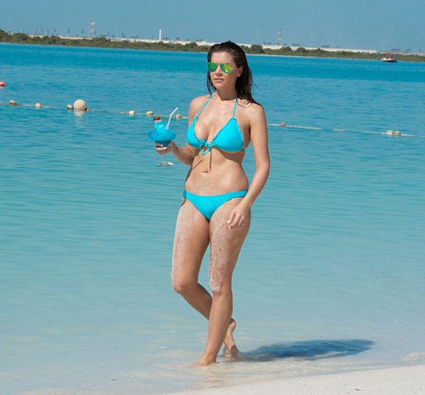 Imogen Thomas diện bikini khoe vòng 1 khủng