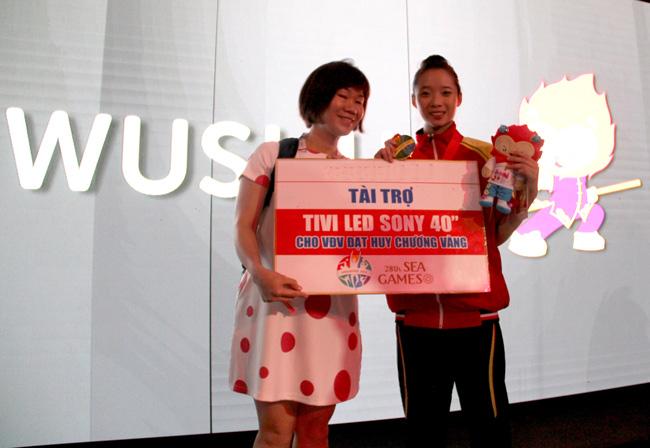 Thúy Vi, nhận thưởng, HCV, Wushu, SEA Games 28