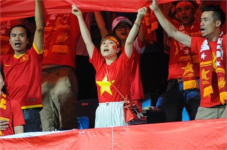 Fan nữ dễ thương cháy hết mình vì U23 Việt Nam