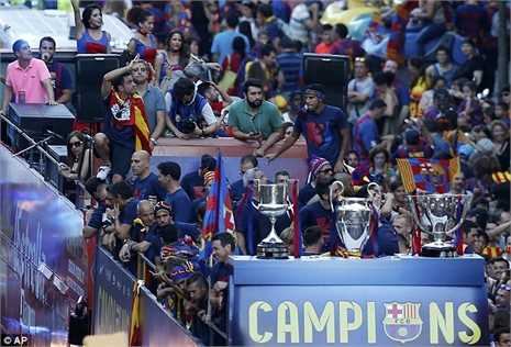Mừng cú ăn ba, Barca 'đại náo' xứ Catalunya
