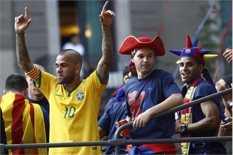 Vô địch C1, Alves vẫn muốn 'chuồn' khỏi Barca