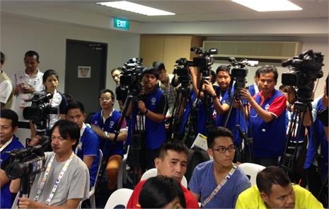 Thầy trò Miura đấu Thái Lan 'hút' truyền thông quốc tế