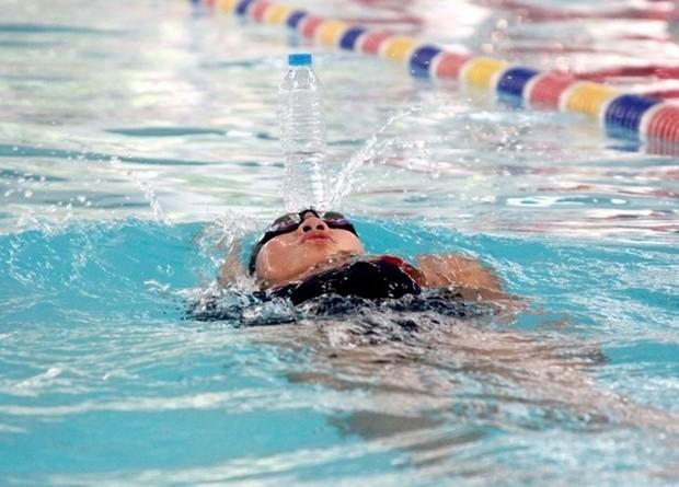 Ánh Viên trình diễn tuyệt kỹ bơi ngửa để chai nước trên trán - Ảnh 2