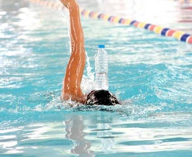 Ánh Viên trình diễn tuyệt kỹ bơi ngửa để chai nước trên trán - Ảnh 3