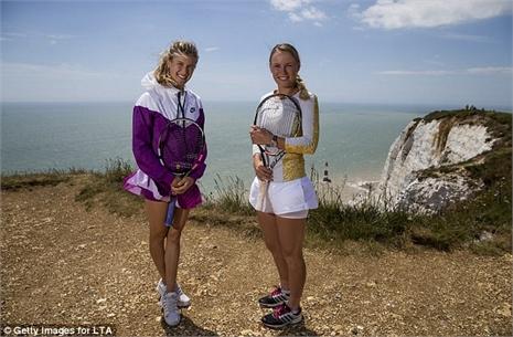 Bouchard, Wozniacki rủ nhau lên núi 'đọ' dáng