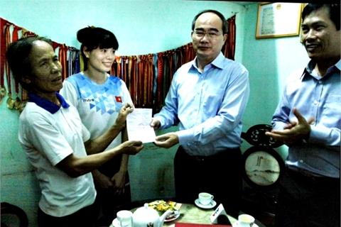 Chủ tịch MTTQ tặng sổ tiết kiệm 400 triệu cho Nguyễn Thị Huyền